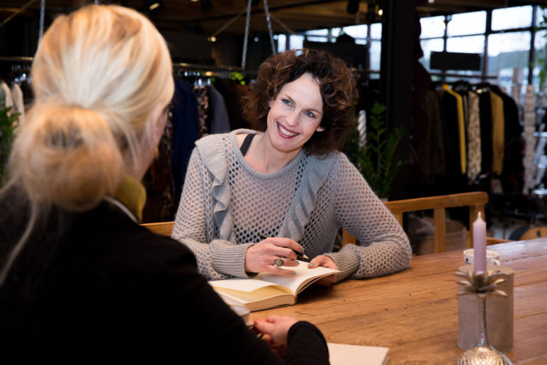 Jolanda in gesprek met potentiele klant