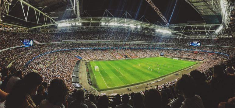 Voetbalstadion waar veel mensen kijken