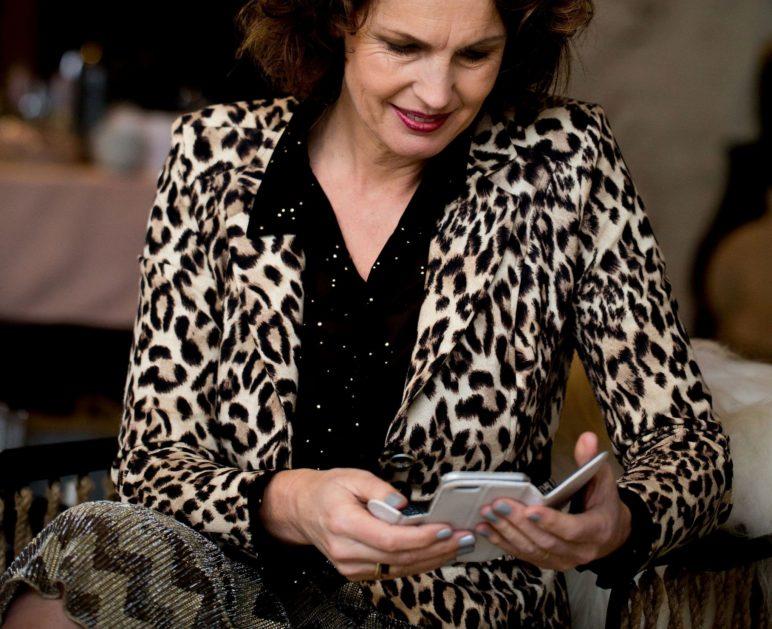 Jolanda bekijkt social media op haar telefoon