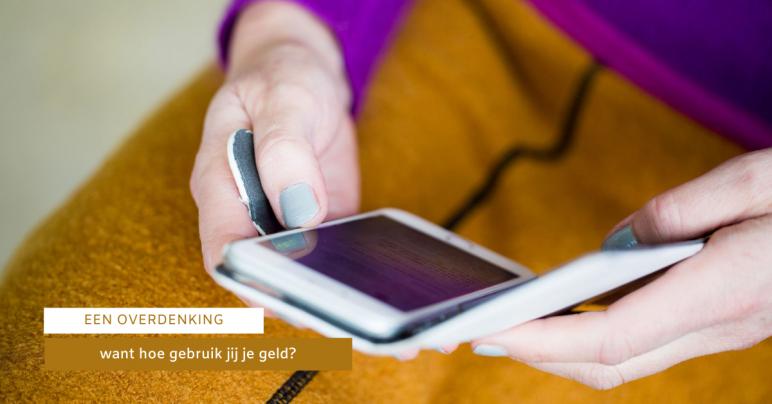 Jolanda checkt haar bankrekening op haar telefoon